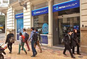 El cierre de la sede de mutua madrile a deja desierto el - Sede mutua madrilena ...