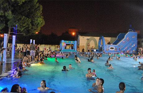 39 pool party 39 y otras fiestas sobre el agua para un t rrido for Piscina del oeste valencia