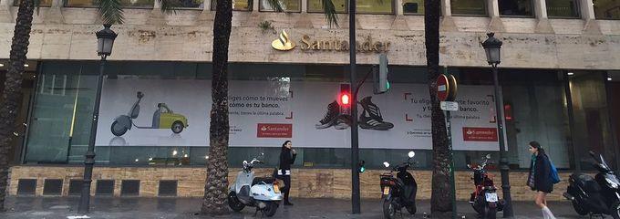 La Oficina Central Del Banco Santander En Valencia Reduce