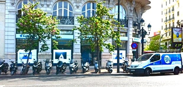 Barclays con los muebles a otra calle for Recogida muebles ayuntamiento valencia
